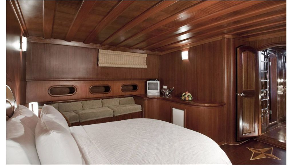 30-meter-6-cabin-luxury-gulet-master cabin.