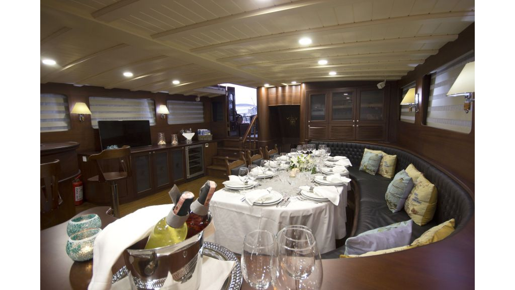34 meters charter yacht (37)
