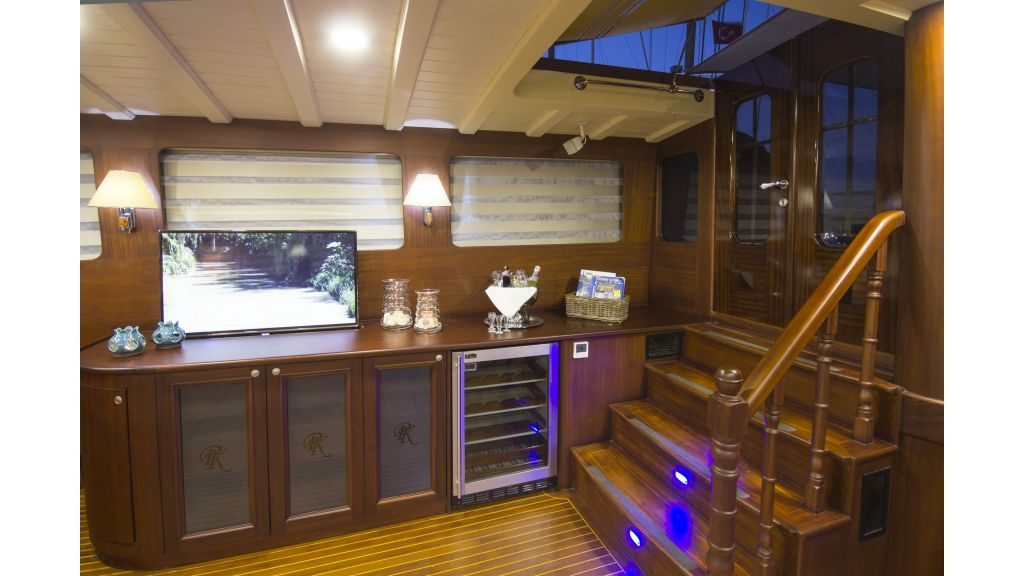 34 meters charter yacht (41)