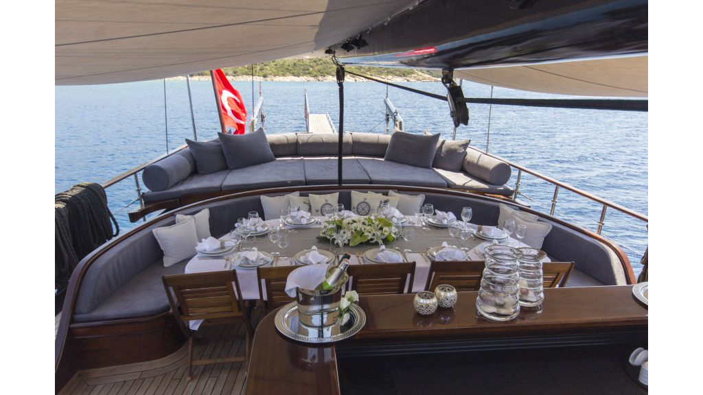 34 meters charter yacht master.