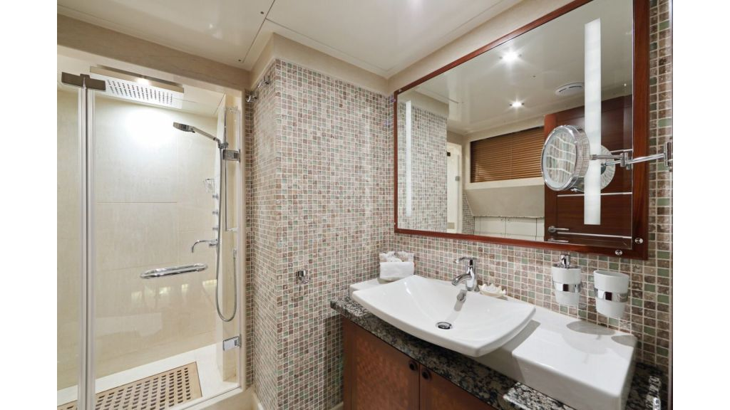 Daima-Luxury-Sailing-yacht-Bathroom