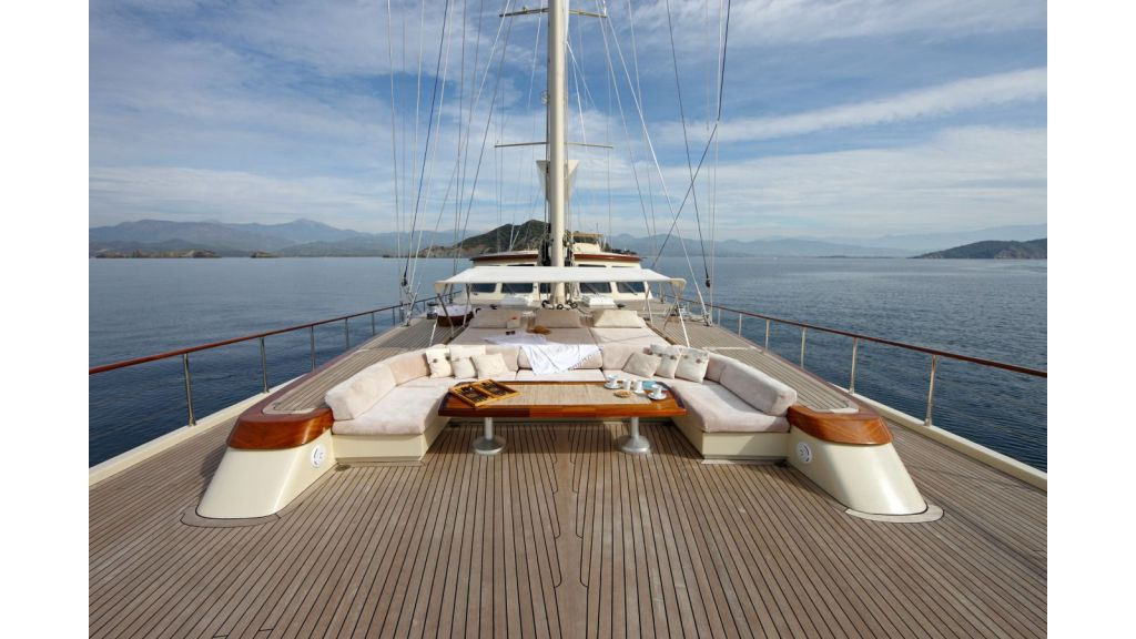 Daima-Luxury-Sailing-yacht-For-deck-master