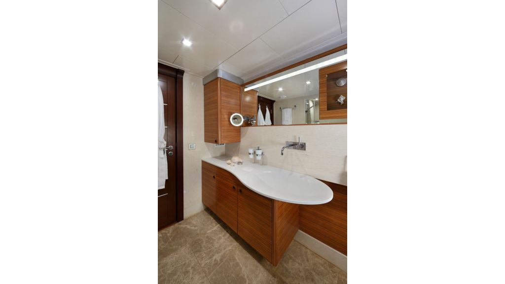Daima-Luxury Sailing-yacht-Master Bathroom
