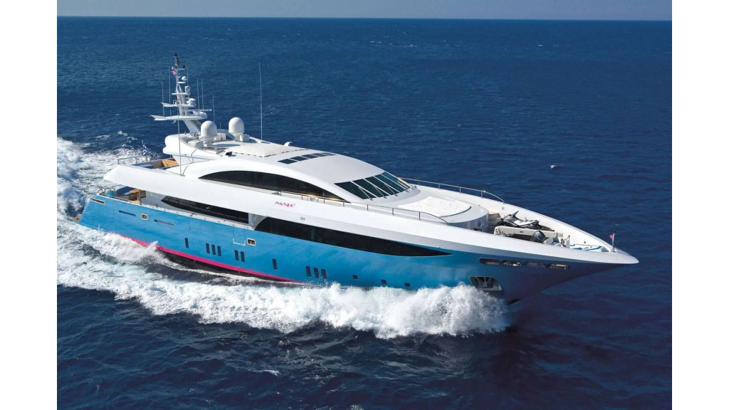 Luxury yacht: semi-displacement super-yacht