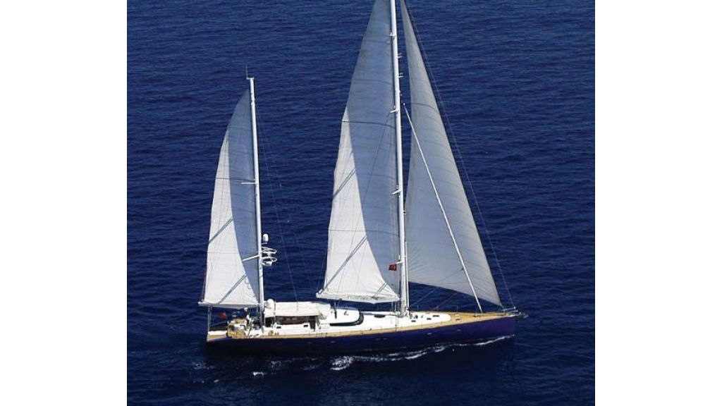 Sailing_Yacht_Rozinante_-(1)