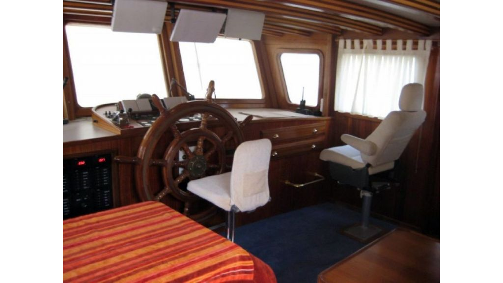 Custom built beautiful steel trawler (29)