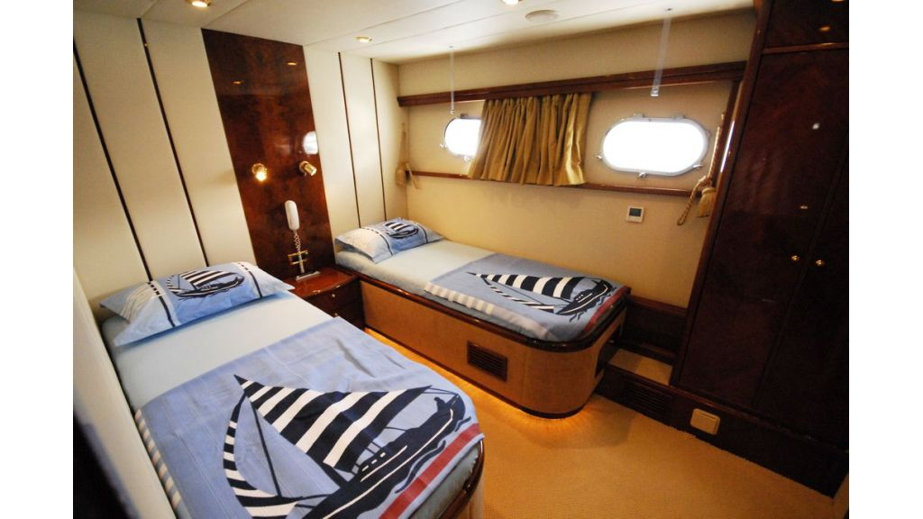 Elegant built motoryacht (6)