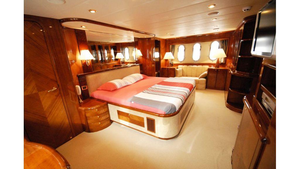 Elegant built motoryacht (9)