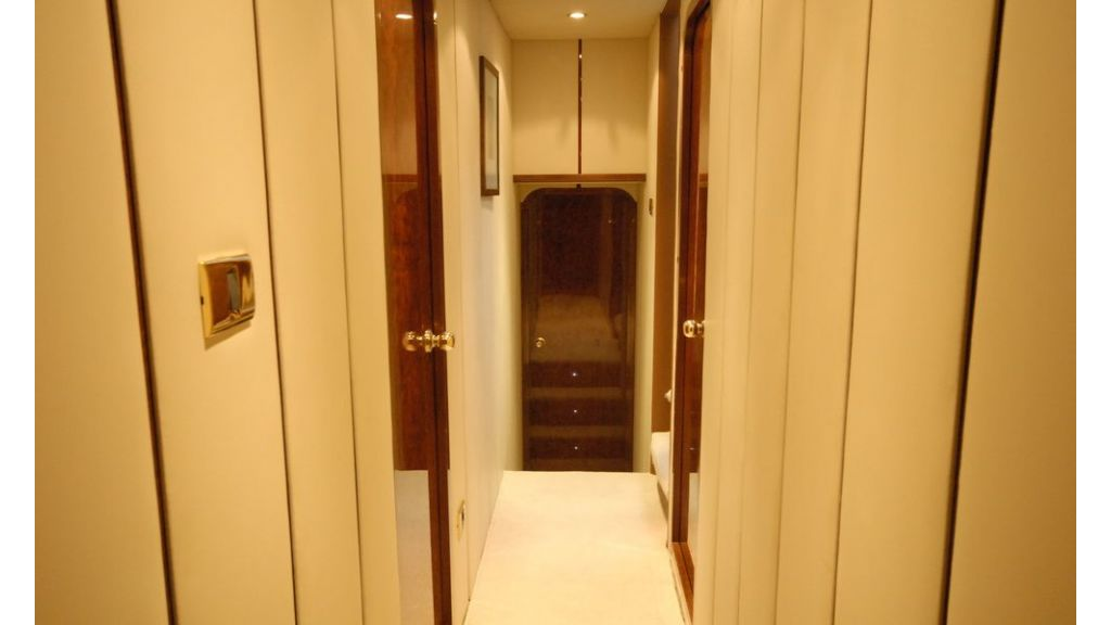 Laminated wood motoryacht (13)