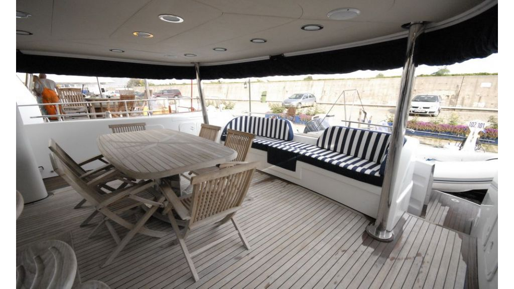 Laminated wood motoryacht (22)