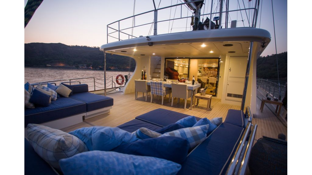 Transom_yacht_for_sale