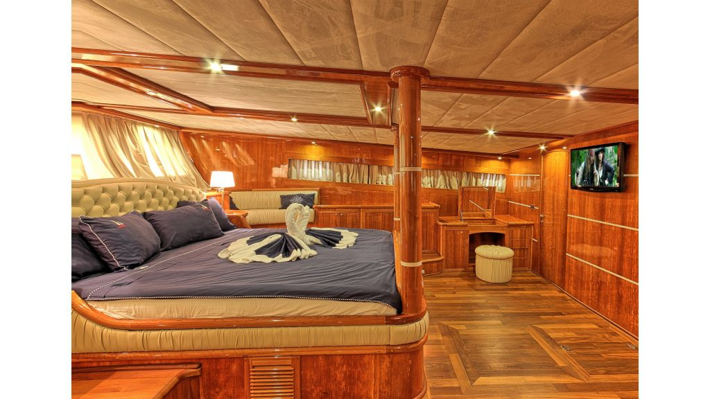 Silver moon luxury sailing yacht (14)