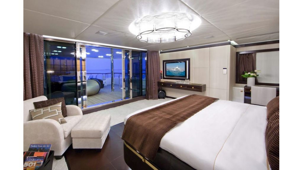 Composite luxury motor yacht (34)