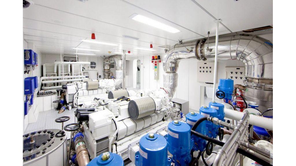 Composite luxury motor yacht (52)
