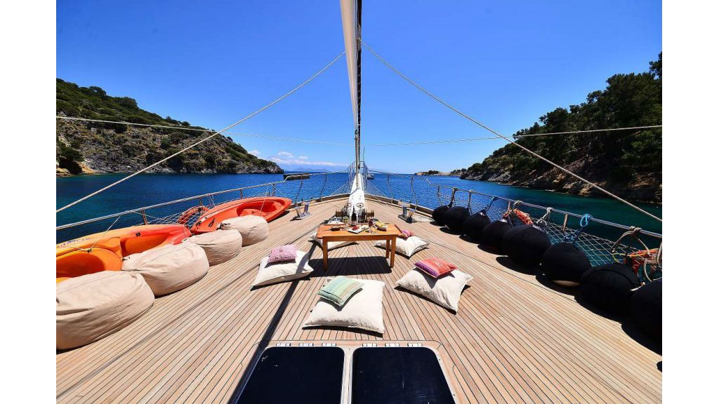 8 Cabins Charter Yacht (4)
