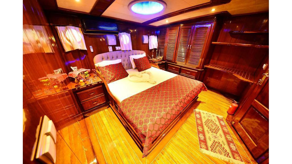 8 Cabins Charter Yacht (6)