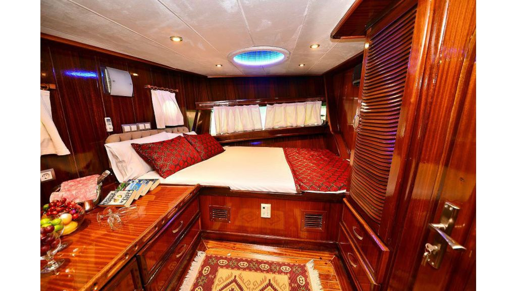 8 Cabins Charter Yacht (7)