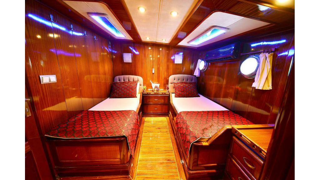 8 Cabins Charter Yacht (9)
