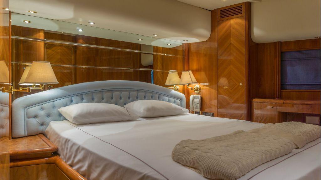 Queen A Azimut 85 motor yacht (12)