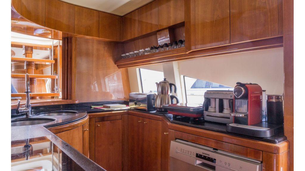 Queen A Azimut 85 motor yacht (18)