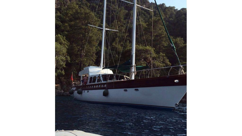 Motor Sailer-Yacht.