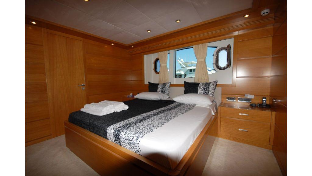 White Motoryacht (48)