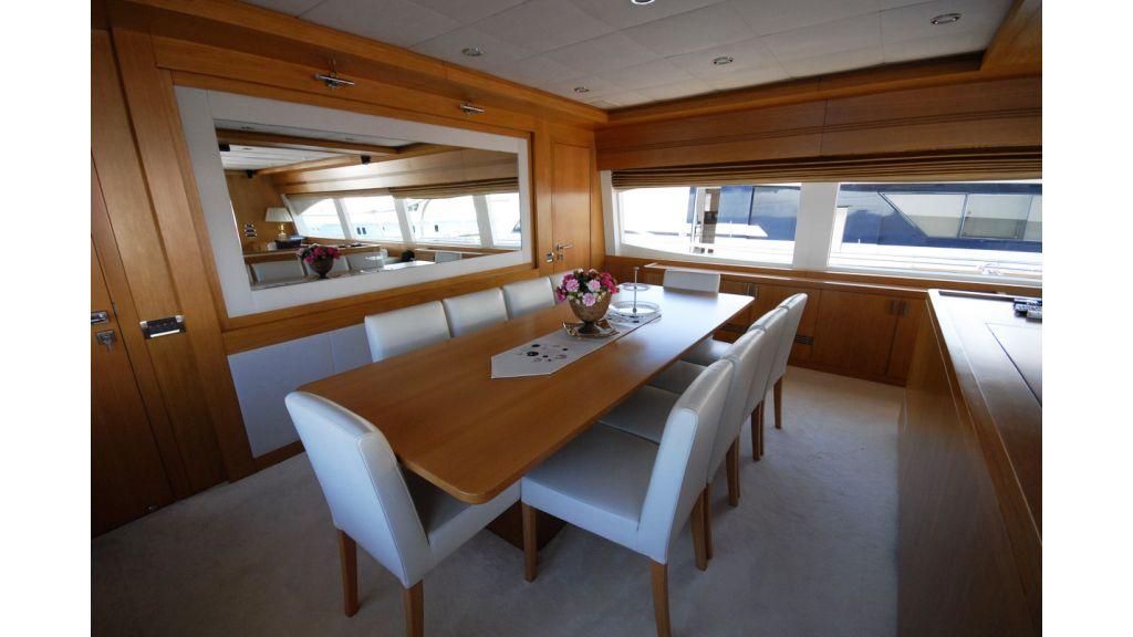 White Motoryacht (70)