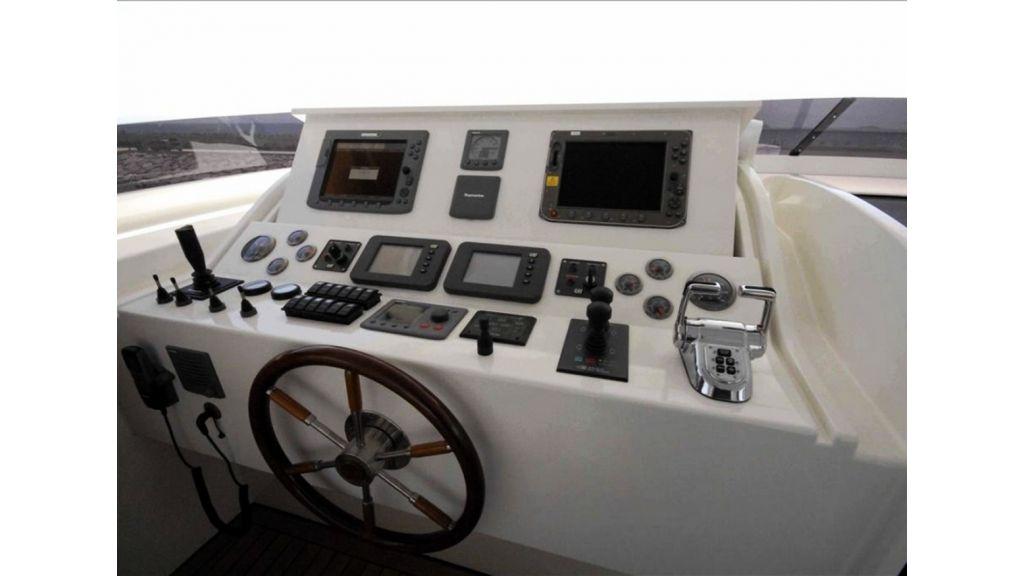 White Motoryacht (77)