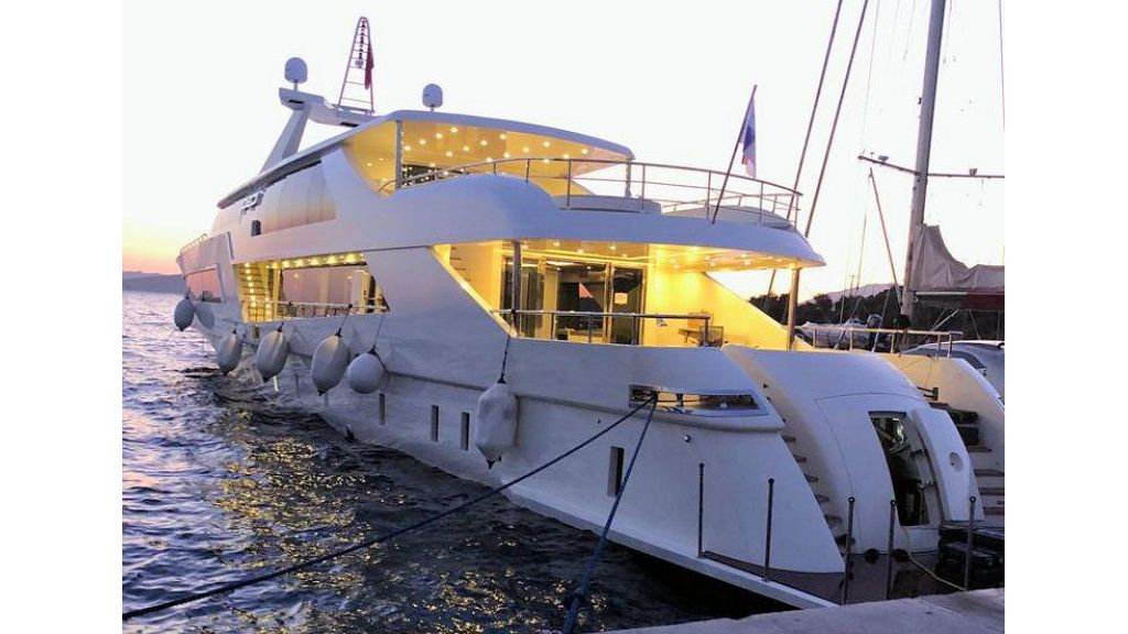 Vetro Motor Yacht - Back
