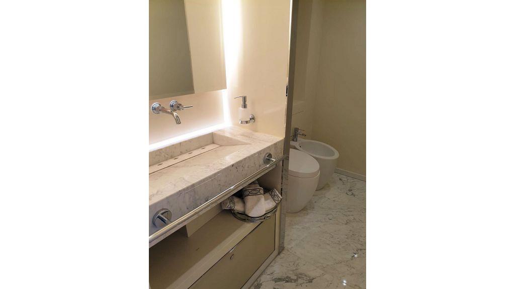 Vetro Motor Yacht - Upper Saloon_Guest Toilet 17