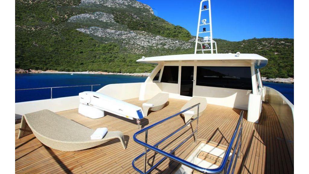 Alpha 1 motor yacht charter (3)