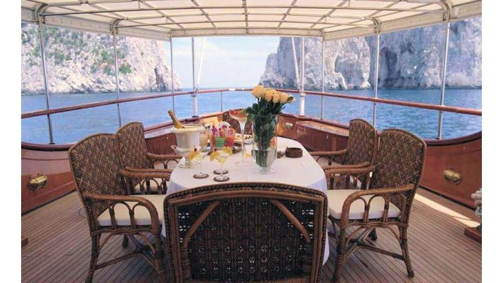 Sophisticated luxury yacht (28)