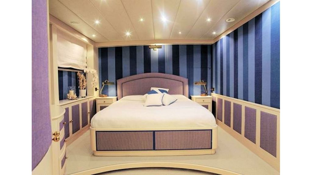 Sophisticated luxury yacht (31)