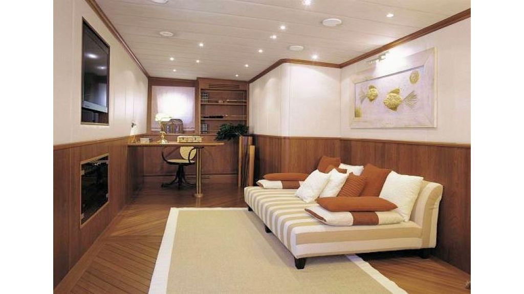 Sophisticated luxury yacht (34)