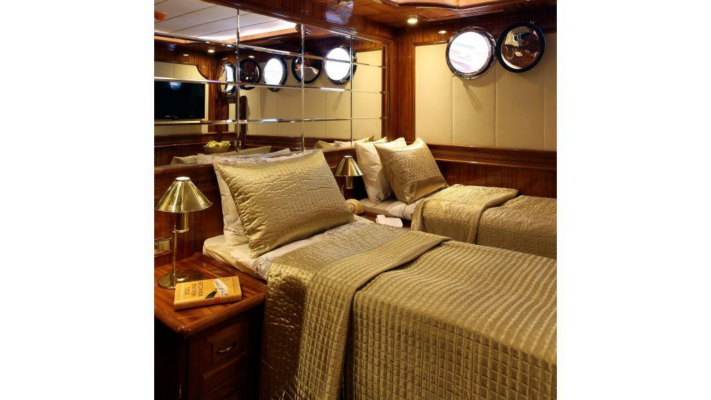 Queen Atlantis motor sailor (17)