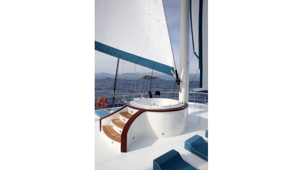 Queen Atlantis motor sailor (18)