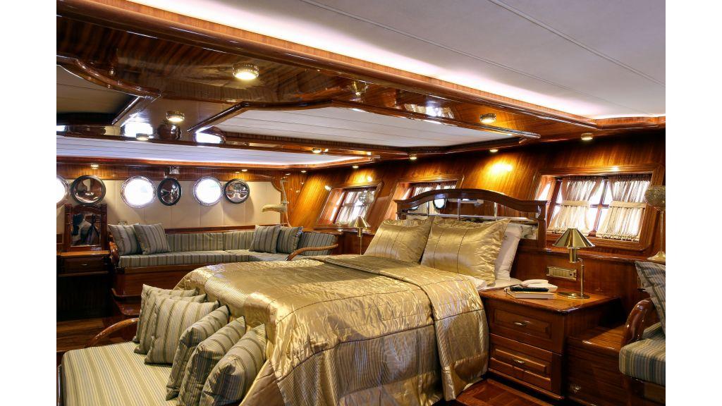 Queen Atlantis motor-sailor master