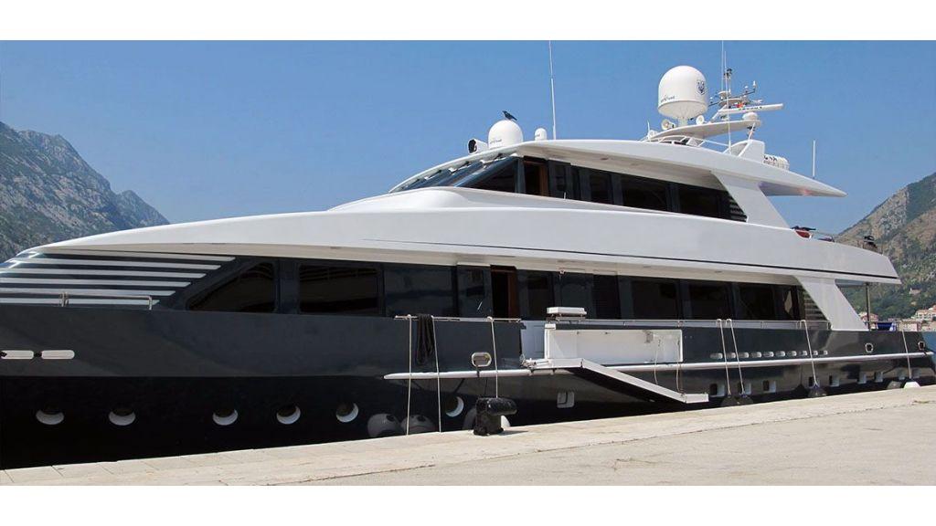 37  M Steel Motor Yacht (21)