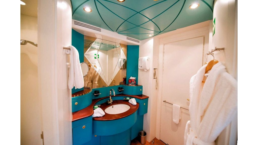 Motor Yacht Aktobe Bath