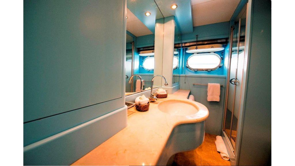 Motor Yacht Aktobe Bath3