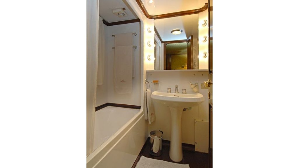 Motor Yacht Intuition Lady Room Bath
