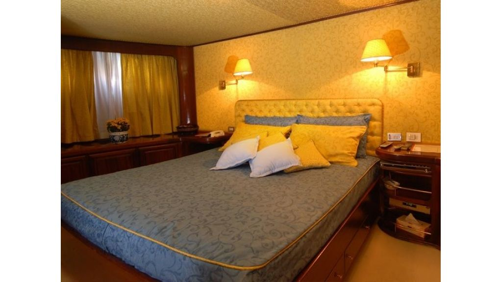 Motor Yacht Intuition Lady Room Single (2)