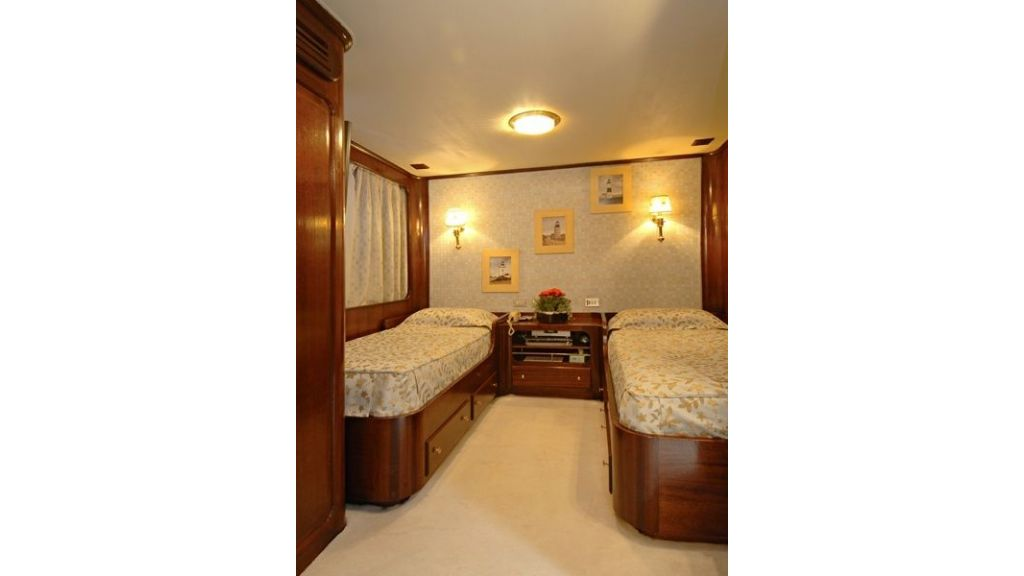Motor Yacht Intuition Lady Room Twin (2)