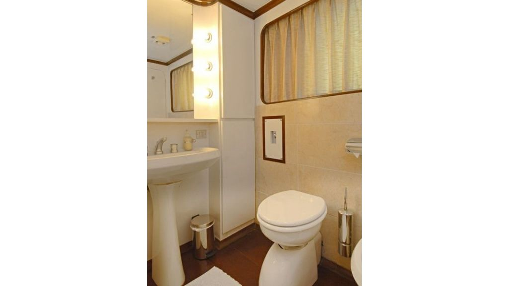 Motor Yacht Intuition Lady Room WC