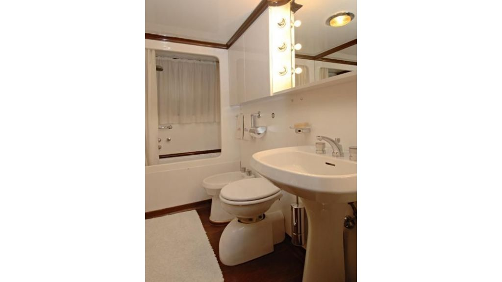 Motor Yacht Intuition Lady Room WC 4