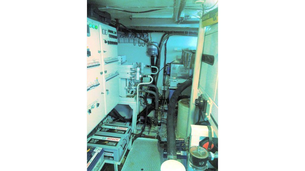 Aqualiner-77-Engine-Room (4)