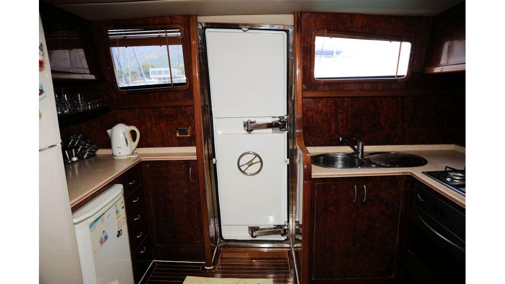 istanbul-built-epoxy-laminated-motoryacht-016