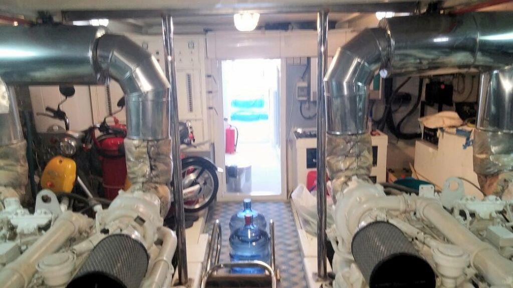 istanbul-built-epoxy-laminated-motoryacht-20