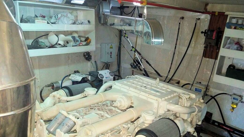 istanbul-built-epoxy-laminated-motoryacht-23