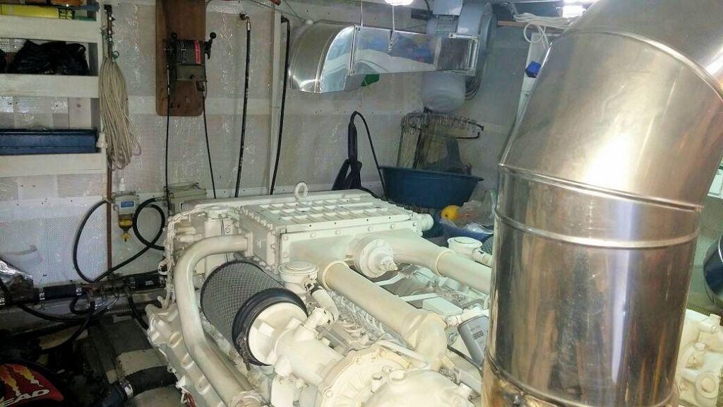 istanbul-built-epoxy-laminated-motoryacht-24